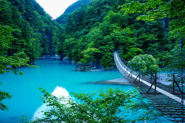青い水面が印象的な寸又峡(静岡)