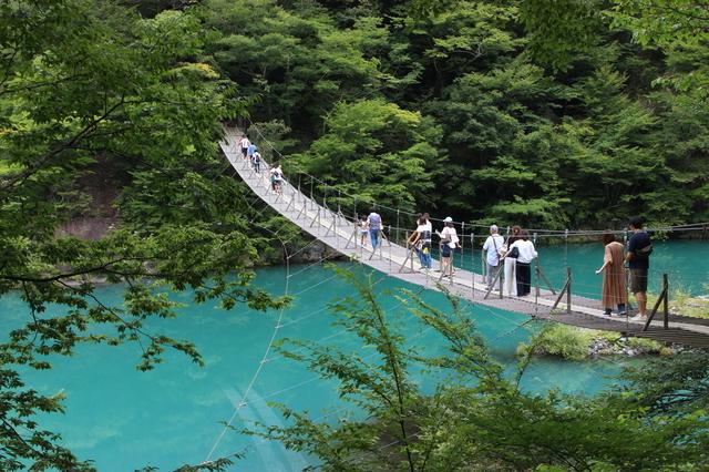 夢の吊橋を歩く人々