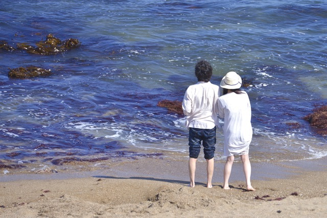 海を楽しむカップル