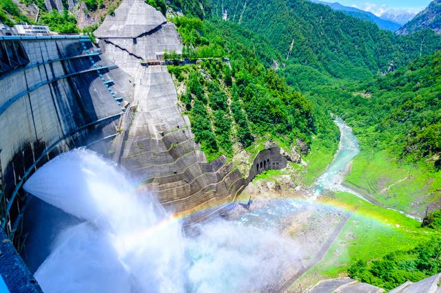 黒部ダムの放水で虹がかかる