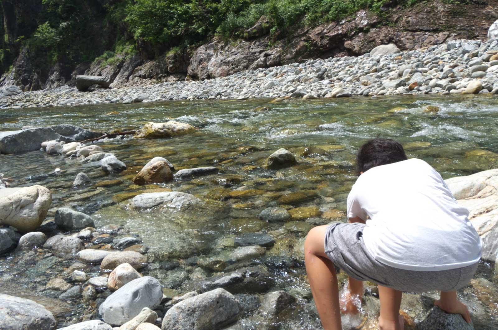 鐘釣温泉(富山)の河原で遊ぶ少年
