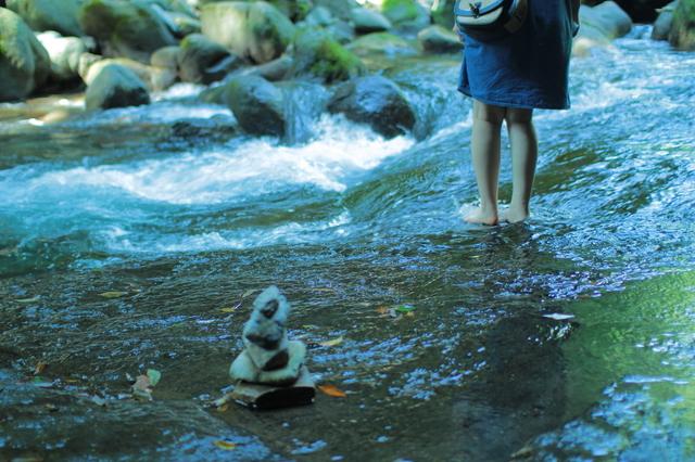 河原で足まで川に入る女性