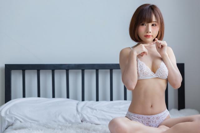 下着姿の和歌山の女性