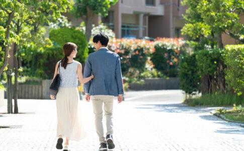 八尾の町を歩く婚約カップル