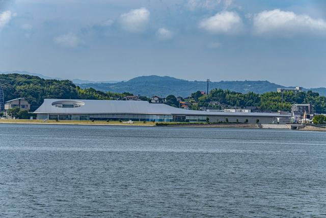 湖畔に建つ島根県立美術館