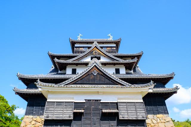 入母屋破風の屋根が特徴的な松江城